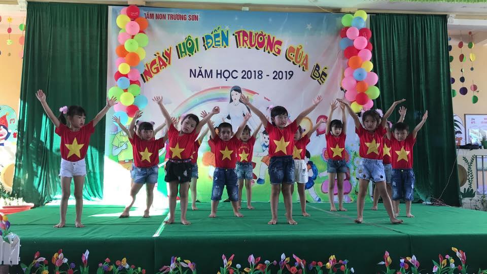 Các cháu trường Mầm non Trường Sơn biểu diễn văn nghệ nhân dịp chào năm học mới